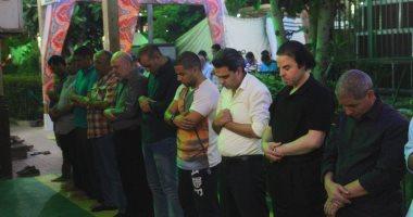 صور.. فى أجواء إيمانية.. المصلون يؤدون صلاة التراويح فى أول ليالى رمضان