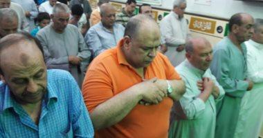 صور وفيديو.. الآلاف يؤدون صلاة التراوايح في أول ليالي شهر رمضان بكفر الشيخ