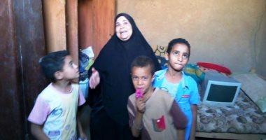 صور و فيديو.. مأساة أرملة وأطفالها يعيشون فى منزل آيل للسقوط