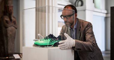 5 صور تكشف كيف تم وضع حذاء محمد صلاح فى المتحف البريطانى