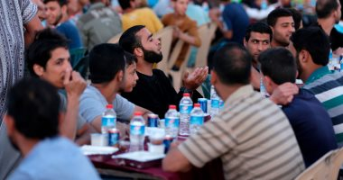 صور.. فطار جماعى لأهالى غزة على حدود القطاع مع الأراضى المحتلة