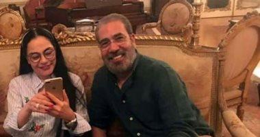صور.. شاهد أحدث ظهور للفنانة شريهان بصحبة المؤلف مدحت العدل