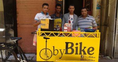 صور.. 3 شباب يقدمون أطعمة جديدة على تروسيكل فى الشارع بسوهاج