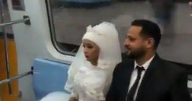 العروسين داخل المترو