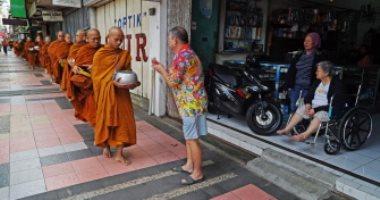 صور .. البوذيون يجمعون الصدقات قبل الاحتفال بيوم فيساك فى إندونسيا