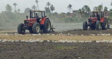الزراعة: تجهيز جميع معدات تحسين الأراضى لحرث التربة وتطهير المساقى