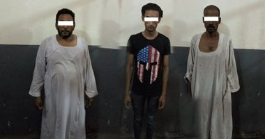 صور.. القبض على 3 متهمين بحيازة 2 كيلو حشيش وسلاح وأقراص مخدرة بأسوان