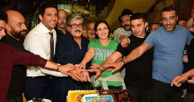 أبطال عزمى وأشجان يحتفلون بانتهاء تصوير مشاهد المسلسل بأحد فنادق مصر الجديدة اليوم السابع