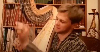 """فيديو.. شاب روسى يعزف السلام الوطنى المصرى على آلة """"الهارب"""" الموسيقية"""