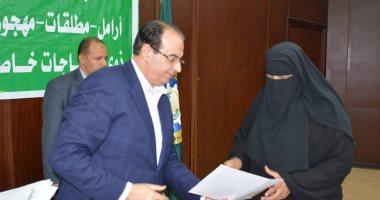محافظ الدقهلية يسلم شهادات أمان لـ25 حالة ومساعدات زواج لآخرين
