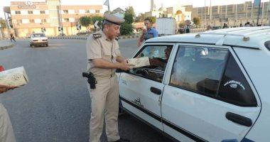 """صور.. """"مرور بنى سويف"""" يوزع 100 وجبة إفطار على سائقى المركبات"""