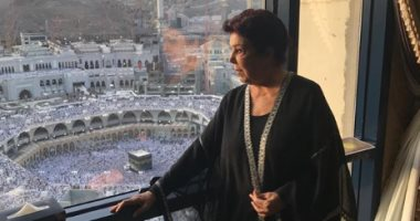 فيديو وصور.. الفنانة رجاء الجداوى تؤدى مناسك العمرة