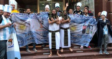 مشجعو الفراعنة وصلوا إلى روسيا.. وقراء يرسلون صور احتفالاتهم مع الوافدين