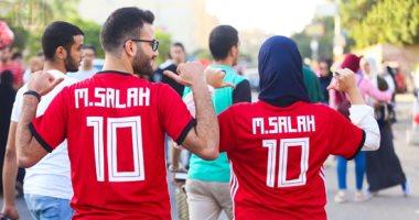 صور.. المواطنون يرتدون تيشيرت محمد صلاح خلال أداء صلاة العيد
