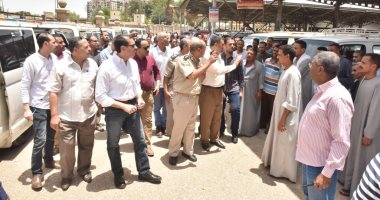 """فيديو وصور.. محافظ أسيوط يتفقد موقفى """"الأزهر ونزلة عبد اللاه"""" وبعض محطات الوقود"""
