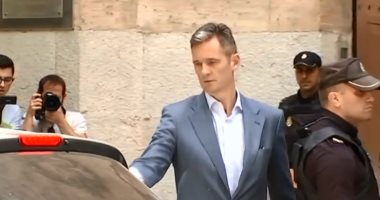 فيديو.. صهر ملك إسبانيا يسلم نفسه للسلطات لتنفيذ عقوبة السجن 5سنوات