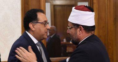 صور.. الوزراء يهنئون رئيس الوزراء بمهام منصبه فى أول اجتماع للحكومة الجديدة