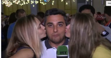 فيديو ..قبلة واحدة لا تكفى.. مشجعتان من البرازيل تقبلان مذيعا على الهواء