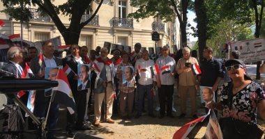المصريون فى فرنسا يحتفلون بذكرى 30 يونيو برفع الأعلام وصور السيسى