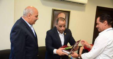صور.. تكريم رئيس الاتحاد الأفريقى والمصرى للرماية خلال زيارته لنادى القناة