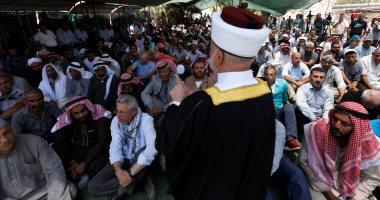 عشرات الفلسطينيين يؤدون صلاة الجمعة فى الخان الأحمر المهدد بالهدم شرق القدس