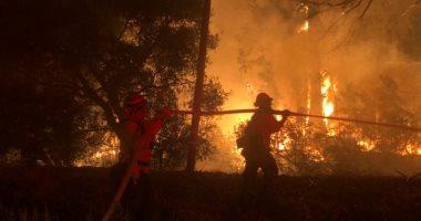 رجال الإطفاء يكافحون حرائق الغابات بكاليفورنيا