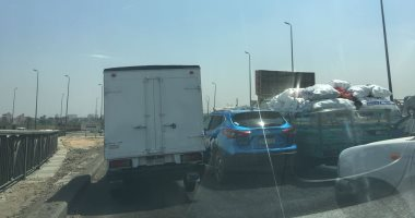 توقف حركة المرور أعلى دائرى المعادى إثر حادث تصادم سيارتين