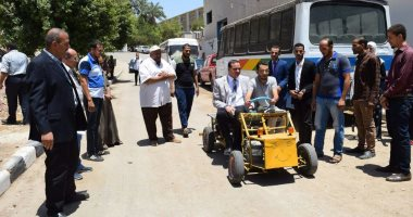 """صور.. رئيس جامعة سوهاج يستقل سيارة كهربائية صممها طلاب """"التعليم الصناعى"""""""