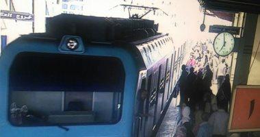 صور.. عودة حركة مترو الأنفاق بالمرج بعد رفع العربتين الخارجتين عن القضبان