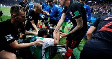 صور.. لاعبو كرواتيا يسقطون مصورًا خلال الاحتفال بالهدف الثانى