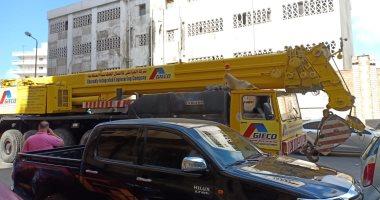 الاستعانة بلودر لرفع تابوت الإسكندرية والقوات المسلحة تزيل السيارات لتمهيد الطريق