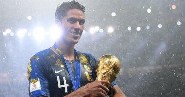 مدافع منتخب فرنسا يكشف حقيقة رحيله عن ريال مدريد