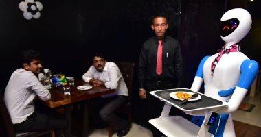 مطعم هندى يستعين بـ5 روبوتات لتقديم الطعام للزبائن بدلا من الندلاء