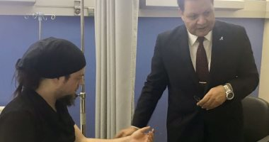 الدكتور احمد طة يطمئن على حالة الساحر التركى قبل خروجه