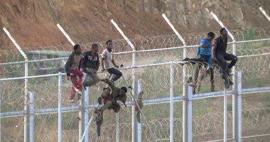 صور.. أكثر من 600 مهاجر يقتحمون جيب سبتة من المغرب