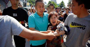 الشرطة الصينية تلقى القبض على امرأة حاولت الانتحار أمام السفارة الأمريكية - صور