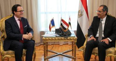 وزير الاتصالات يبحث التعاون بمجال الحكومة الإلكترونية مع السفير الفرنسى