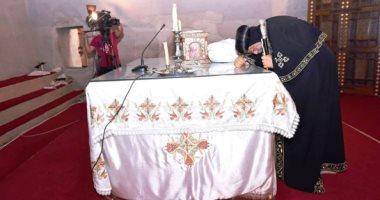 البابا تواضروس يترأس صلوات تجنيز الأنبا إبيفانيوس.. ويقبل صندوقه باكيًا - صور