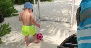 جيمى فاردى يعلم رضيعه كرة القدم.. صور