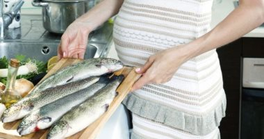 دراسة: التقليل من تناول الأسماك خلال فترة الحمل يعرضك للولادة المبكرة