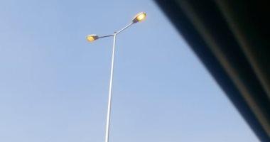قارئ يرصد إضاءة أعمدة الإنارة نهارا بشارع التحرير فى الدقى