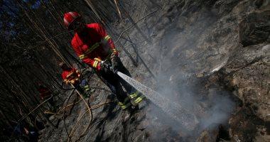 صور.. رجال الإطفاء يحاولون السيطرة على حريق الغابات بالبرتغال