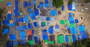 صور.. مشردو زلزال إندونسيا يقيمون خيام أعلى أحد تلال جزيرة لومبوك