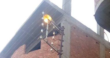 قارئ يرصد أعمدة الإنارة مضاءة نهارا فى شارع السواح بالأميرية