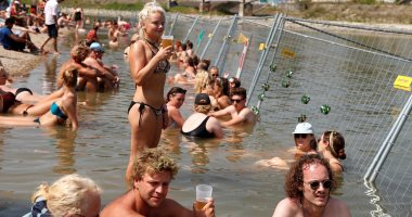 المئات يفرون إلى نهر الدانوب بالمجر هربا من موجة الحر