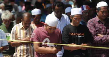 صور.. إندونيسيون يؤدون صلاة الجمعة فى الخيام بعد انهيار المبانى بسبب الزلزال
