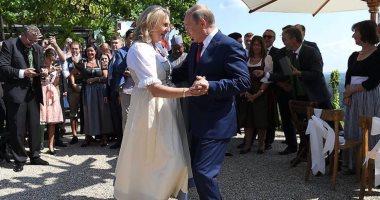 """وزيرة خارجية النمسا تشيد بـ""""دبلوماسية الرقص"""" بعد رقصها مع بوتين فى حفل زفافها"""