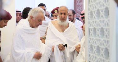 شاهد.. أمير مكة المكرمة ونائبه يؤديان صلاتى الظهر والعصر بمسجد نمرة