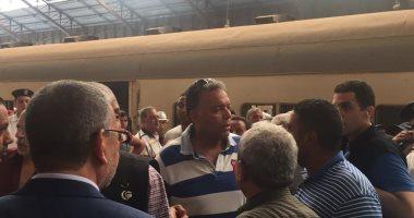 وزير النقل وسط الركاب فى قطار أبوقير من محطة مصر بالإسكندرية إلى سيدى جابر