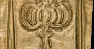 دراسة: لماذا توجد صورة زهرة خشخاش على الرقائق الذهبية بتابوت الإسكندرية؟